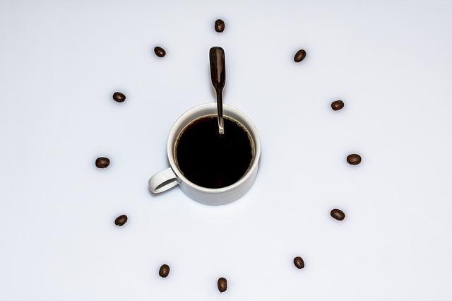 Zegaer ścianny w kształcie filiżanki kawy