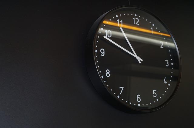 Zegary ścienne do nowoczesnych wnętrz – 7 modnych propozycji