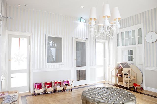 pokój urządzony na biało