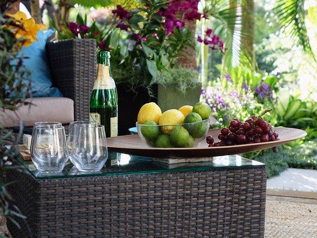 Stolik ogrodowy, kieliszki, owoce