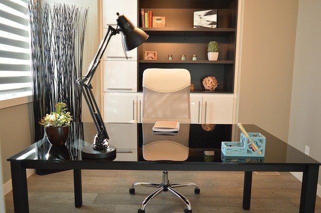 Biurko z ergonomicznym fotelem